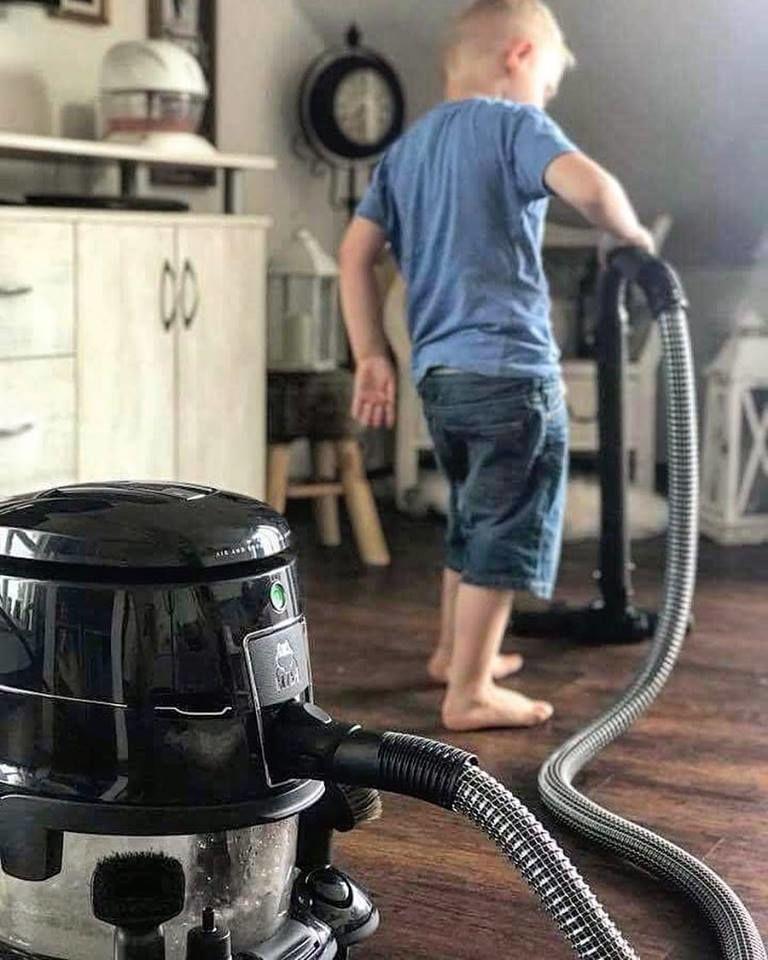 dítě uklízí vodním vysavačem hyla