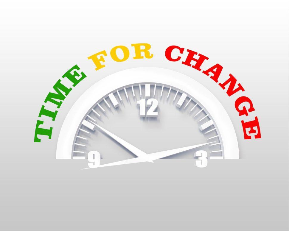 Hodiny ukazují za5 minut 12 je čas nazměnu vživotě aprofesi