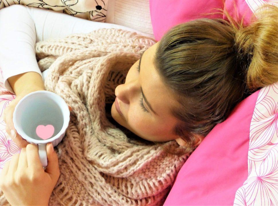 Mladá nemocná žena řešení alergie