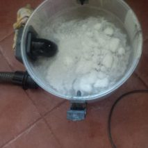 Voda stukem vysátá zucpaného kuchyňského odpadu