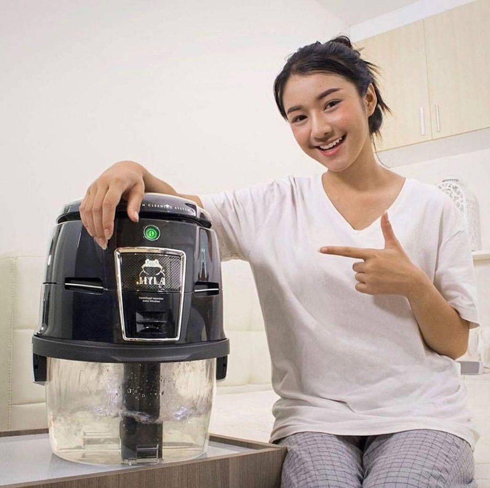 Šťastná majitelka vodního vysavače Hyla