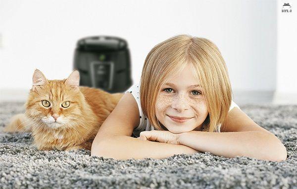 Holčička kočka vodní vysavač hyla