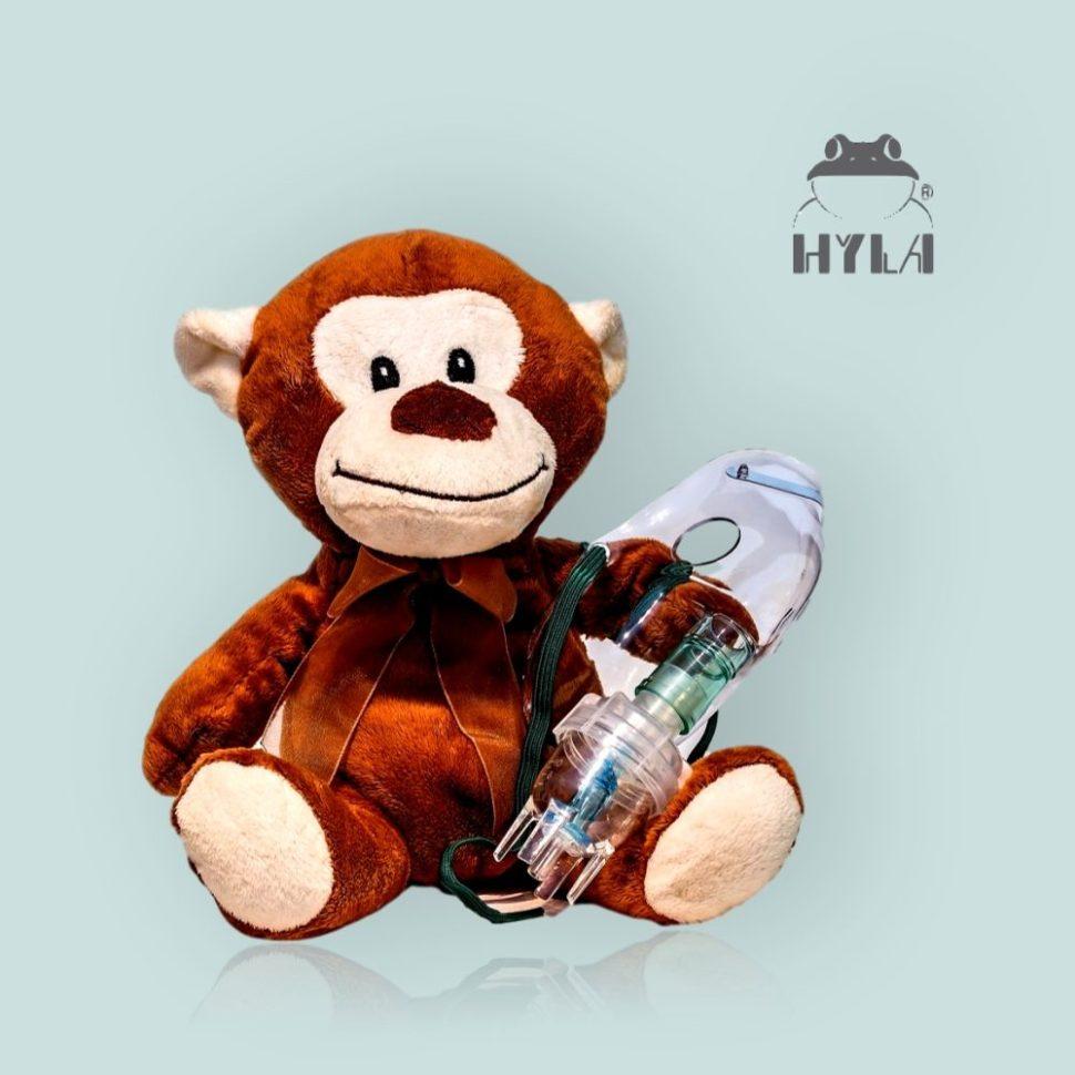 hračka opice s inhalační maskou a astma