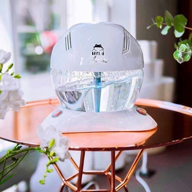 Osvěžovač a čistička vzduchu Hyla aera na stolku