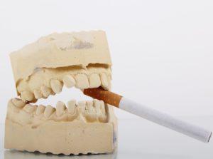 cigareta vzubech lebky. Kdo kouří umírá pomalu abolestně