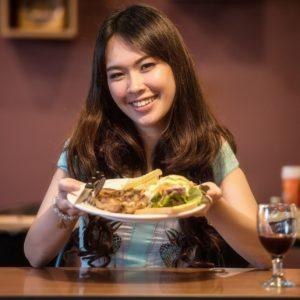 dívka úsměv jídlo